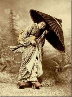 傘をもつ女性 /  Woman with an umbrella
