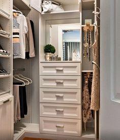 """Detalhes de um closet maravilhoso de uma """"vaidosa de plantão"""". Adorei o detalhe do cabide para bijouxs e para o """"look do dia""""."""