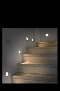 L'illuminazione valorizza i punti interessanti di un interno, è importante individuarli  creando contrasto, concentrandosi su zone che di solito non sono illuminate di giorno. In un interno di stile moderno può essere una scala. In questo caso abbiamo scelto dei faretti ad incasso.