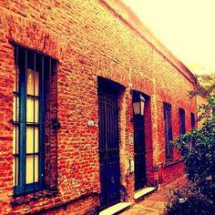 Taller de marcos en #Belgrano Barrio Chino. Una de las pocas casas gloriosas que quedan.