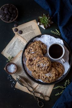 Really Good Chocolate Chip Cookies with Sea Salt - Sweet Tooth - Cookies Recipes Chocolate Chip Cookies, Café Chocolate, Cookie Recipes, Dessert Recipes, Dessert Food, Dark Food Photography, Tea Cakes, Food Styling, Cookies Et Biscuits