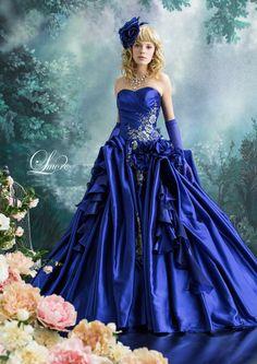 DRESS一覧 | 福岡ウェディングドレスのレンタル「レイジーシンデレラ福岡」  アジュール  光沢感のある鮮明なカラーのシャンブレーシャンタン。そのシャンタンの張り感を生かした一着。柔らかいフリルやお花がこぼれ落ちてくる、そんなイメージでつくられたドレスです。