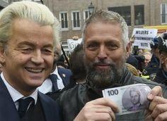 Wilders zet hoogopgeleid Nederland aan tot geldvervalsing  Een van de miljoenen hoogopgeleid Nederlanders die zich er niet voor schaamt om op de PVV te stemmen. Als ze dat ook echt doen. Want stemmen is net zoiets als tanden poetsen. Als je het niet doet dan word je bruin.  Maar goed hier zien we fan van het eerste uur Henkie de Rooy die het eerste Wilders gulden geld laat zien als Wilders de eerste heiland is van het eeuwige Avondland. Maar je kunt het altijd meteen uitproberen.  Tot nu toe…