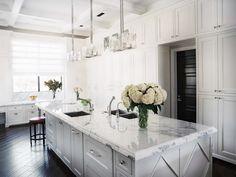 cuisine blanche classique super élégante avec plan de travail en marbre