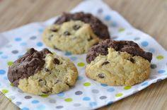 Il me fallait une recette de cookies pour une gouter d'enfants à emporter. En regardant les images sur le net je suis tombée sur des cookies bicolores que j'ai trouvés vraiment jolis. J'ai repris l'idée en adaptant la recette avec mes propres habitudes....