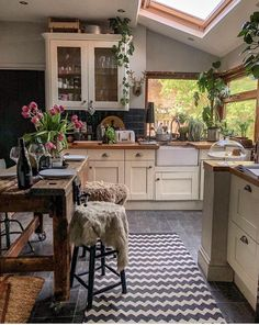 Boho Kitchen Decor Ideas for House or Apartment Home Decor Kitchen, Home Kitchens, Kitchen Design, Kitchen Plants, Boho Kitchen, Kitchen Wood, Old Wood Table, Casa Retro, Cocina Shabby Chic