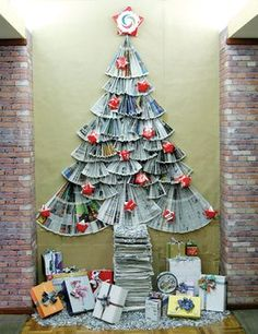 El arbol mas barato y ecologico del mundo, es producto de la naturaleza porque todos los materiales fueron elaborados con papel periodico y cajas de cartón. Una idea para que la gente en tiempos de crisis no se priven de estas fiestas decembrinas. Christmas Activities, Christmas Projects, Holiday Crafts, Christmas Time, Christmas Door Decorations, Christmas Ornaments, Creative Christmas Trees, Alternative Christmas Tree, Library Displays