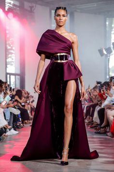 Elie Saab Fall Winter Haute Couture fashion show at Paris Couture Week (July Elie Saab Couture, Couture Week, Haute Couture Fashion, Runway Fashion, Fashion Show, Fashion Looks, Elegant Dresses, Pretty Dresses, Victor Ramos