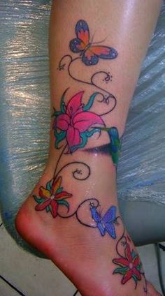 Tatuagem de Flores lindas na perna e no pé Veja essa e outras fotos de tatuagens aqui.