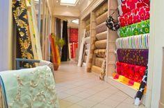 La boutique Au Coin Vert vous accueille chaleureusement au cœur de Bruxelles. L'établissement vous propose un vaste choix de stores, édredons, rideaux, tentures, papier-peints sans oublier tout ce dont vous avez besoin pour vos tissus d'ameublement.
