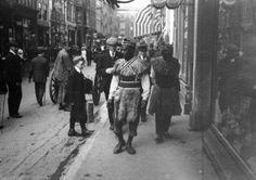 Surinamers in traditionele kleding in Amsterdam [1909] krijgen allerlei verwensingen naar het hoofd. Bron: Het Leven
