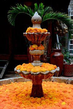 Hermosa fuente adornada con flores de cempazuchitl en Morelia, Michoacan, México.