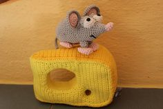 süsse Maus mit ihrem lieblings Käse <3 Crocheted Animals, Pet Toys, Rid, Beanie, Facebook, Hats, Handmade, Shopping, Cute Mouse