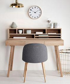 Der kleine Schreibtisch Lis von Hübsch Interior ist skandinavisches Design pur. Denn der Holzschreibtisch vereint reduziertes Design mit natürlicher Wärme. In den Fächern und drei Schubladen des kleinen Eichentisches lassen sich wunderbar Stifte, Pinsel und Blöcke verstauen, sodass Sie auf der Tischplatte genug Platz zum Kreativsein haben. Ihre Ideen werden nur so sprudeln!