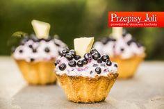 KRUCHE BABECZKI JAGODOWE Z BIAŁĄ CZEKOLADĄ - najlepsze połączeniu kremu z białą czekoladą, kruchej babeczki i jagód.
