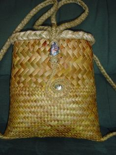 Backpack with half fine weave and koru design. Flax Weaving, Willow Weaving, Weaving Art, Weaving Patterns, Basket Weaving, Woven Baskets, Decorative Baskets, Woven Bags, Sisal