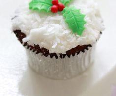 christmas-holiday-cupcakes-590x886