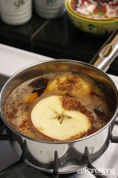 Fall stove top potpourri Ingredients: 4 cups apple juice or cider 2 apples… Stove Top Potpourri, Simmering Potpourri, Fall Potpourri, Homemade Potpourri, Potpourri Recipes, House Smell Good, House Smells, Room Scents, Pot Pourri