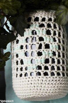 Virkattu amppeli - tee koti viherkasville helpolla ruutuvirkkauksella! Amppeli on kaunis ja nostalginen sisustuselementti.