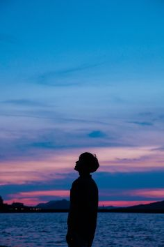 silhouette of person Boy Photography Poses, Dark Photography, Lifestyle Photography, Boy Silhouette, Silhouette Pictures, Silhouette Portrait, Profile Pictures Instagram, Photo Instagram, Night Sky Wallpaper