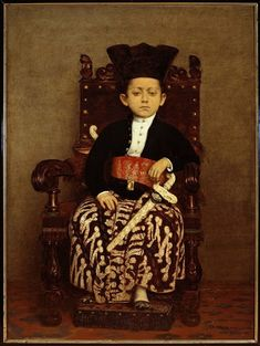Dit is een portret van de zevenjarige kroonprins van Surakarta, Raden Mas Gusti Sayidin Malikul Kusna gemaakt in 1881. Hij draagt een zwart (wellicht fluwe...