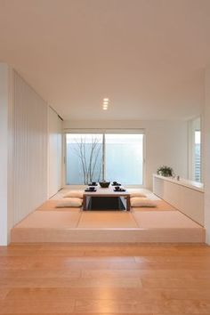 Japanese living room is really distinct and interesting. Since it has a layout that is primarily constructed from wood. So the living room can be much more alive and all-natural. Modern Japanese Interior, Japanese Interior Design, Asian Interior, Home Interior Design, Home Office Design, Japanese Modern, Japanese Culture, Japanese Living Rooms, Japanese House