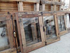 Finestre nate da un'attenta selezione e lavorazione di tavole antiche in larice in prima patina. La trasformazione del legno recuperato è stata eseguita rigorosamente a mano.  Tutta la ferramenta è in ferro battuto forgiato a mano, su imitazione dell'originale.