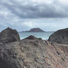 In attesa del traghetto da #Corralejo contemplo l'Isla de Lobos #ExploreFuerte questo è un arrivederci fra tre giorni saremo di ritorno! #ExploreCanarie continua a Lanzarote!  #Spagna by viaggiaescopri
