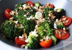 Po raz kolejny brokuły w roli głównej, tym razem jako baza dla fety, pomidorków i orzechów. Prosta sałatka, która łączy różne smaki i konsystencje. Prażone ziarna słonecznika i orzechy nadają jej wyjątkowego aromatu, a lekki sos podkręca smak. Sałatka bogata jest w tłuszcze roślinne, błonnik rozpuszczalny, dostarcza również białka zwierzęcego. Jeżeli nie macie pod ręką orzechów to z powodzeniem możecie wykorzystać pestki dyni połączone z ziarnami słonecznika. Fetę, która zostanie możecie…