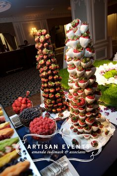 43 ideas for fruit tree christmas chocolate covered Christmas Chocolate, Christmas Sweets, Christmas Cooking, Holiday Desserts, Chocolate Tree, Tree Branch Centerpieces, Chocolate Favors, Small Christmas Trees, Chocolate Covered Strawberries