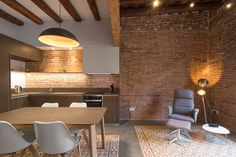 Reforma interior a l'Eixample. Hydraulic cement tiles. Polished concrete. Exposed brick walls. Wooden beamed ceilings