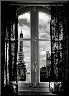 Fenêtre sur Paris Art Print