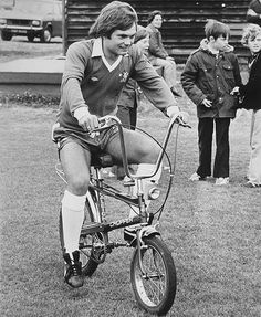Ray Wilkins getting on top of Chopper at Chelsea Chelsea Football, Chelsea Fc, Ray Wilkins, Raleigh Chopper, Chelsea Players, Classy Photography, Chopper Bike, Old Bikes, Cool Bicycles