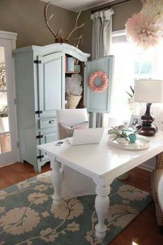 I love this shabby chic office space. Not too shabby, not too chic.