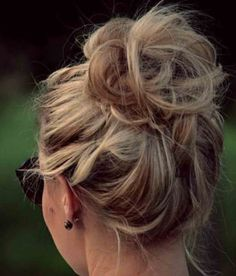 High Messy Bun Hairstyles Ideas High Messy Bun Hairstyles IdeasMessy hair everywhere. Who doesn't like perfect messy hair? Whether your hair is short, medium or long, h Messy Bun Hairstyles, My Hairstyle, Pretty Hairstyles, Winter Hairstyles, Perfect Hairstyle, Wedding Hairstyles, Fast Hairstyles, Hairstyles Pictures, Hairstyle Ideas