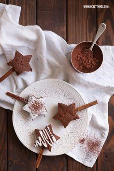 Rezept für Zimt-Brownies in Sternform (Browniesterne) am Zimtstangenstiel mit Becks Cocoa
