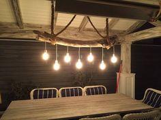 lampe bois flotté suspendue sur corde à ampoules anciennes