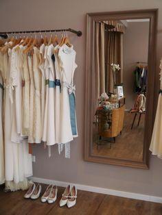 LABUDE, Brautkleider Köln Wundervolle Marke aus Köln mit ganz viel Vintage-Touch. Wir sind ganz verliebt in die Brautkleider, die Julia Kirstein entwirft. Zur Kollektion bei MARRYJim: https://www.marryjim.com/de/Labude/Designer-Brautkleider/id715 Photos: Lenka Schlawinsky, Evi Blink #brautkleiderkoeln
