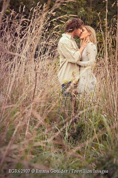 couple-kissing-in-long-grass-outside