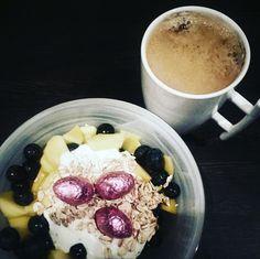 Een lekker ontbijtje met een extraatje: yoghurt, mango, blauwe bessen, meergranenvlokken, chocolade.