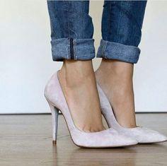 Zapatos de salón que nos enamoran para combinar con blusas o vestidos estampados o lisos, para asistir a un bautizo o boda; en color rosa palo. #apparentia #zapatos #zapatostacon #zapatosdesalon #stilettos