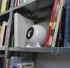 Was ist ein Regallautsprecher?  Als Regallautsprecher werden Kompaktboxen bezeichnet die sich besonders gut in den Wohnraum integrieren lassen. Im Gegensatz zu meist sehr großen und sperrigen Standlautsprechern.  #regallautsprecher #designlautsprecher #lautsprecher #kugellautsprecher #vienna #porzellan #shoponline Pro-ject Audio, Kugel, Classic, Wireless Speakers, Plugs, Speaker Wire, Too Nice, Wi Fi, Derby