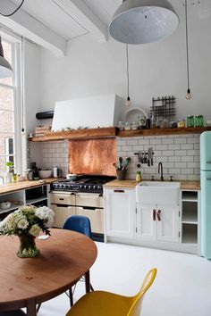 Vintage Kitchen Vintage Kitchen Decor Ideas with Retro References - Finding the decor ideas for your kitchen? Check out 40 vintage kitchen design and decor ideas in this post. Küchen Design, House Design, Interior Design, Design Ideas, Nest Design, Eclectic Design, Design Projects, Big Kitchen, Kitchen Dining