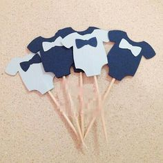 Baby Shower Cupcake Toppers Baby Boy Onesies with Bowtie Babyparty-Kuchen-Deckel-Baby Onesies mit Bowtie Baby Shower Cakes, Idee Baby Shower, Mesas Para Baby Shower, Fiesta Baby Shower, Shower Bebe, Boy Baby Shower Themes, Baby Boy Shower, Baby Cupcake, Baby Shower Cupcake Toppers