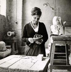 """Louise Joséphine Bourgeois, fue una artista y escultora francesa nacionalizada estadounidense. Conocida por sus esculturas de arañas, que le valió el apodo de """"Mujer Araña"""", es una de las artistas más importantes del arte contemporáneo."""