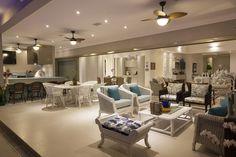 Galeria da Arquitetura | Casa Caraguatatuba - Os pisos da garagem e das laterais são drenantes, mantendo a absorção de água em mais de 70%