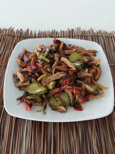 Μανιτάρια Πλευρώτους με αγγούρι Asparagus, Vegetables, Food, Studs, Hoods, Vegetable Recipes, Meals, Veggies