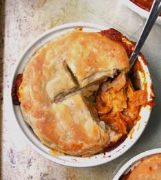 "This vegan ""Chicken"" Tikka Masala Pot Pie is stuffed with chewy, juicy vegan chick'n and green peppers in a spicy sauce. On top goes a flaky pie crust. Chicken Tikka Masala, Vegan Tikka Masala, Tikka Masala Sauce, Masala Curry, Vegan Recipes Easy, Indian Food Recipes, Korean Recipes, Vegetarian Recipes, British Dishes"
