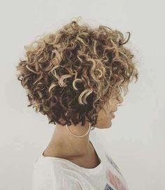 Capelli corti ricci: i tagli primavera estate 2017 - Haircut mosso corto con sfumatura di colore