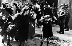O amedrontado menino foi um dos quase 500 mil judeus que foram enviados ao Gueto de Varsóvia, um bairro transformado pelos nazistas em um complexo de fome e morte. A notícia de que os que estavam sendo enviados a campos de concentração eram executados desencadeou uma revolta no gueto. Quando o levante foi sufocado pelos alemães. em 16 de maio de 1945, 56 mil sobreviventes enfrentaram execução sumária ou foram enviados a campos de trabalho escravo. Foto: Fotógrafo desconhecido.